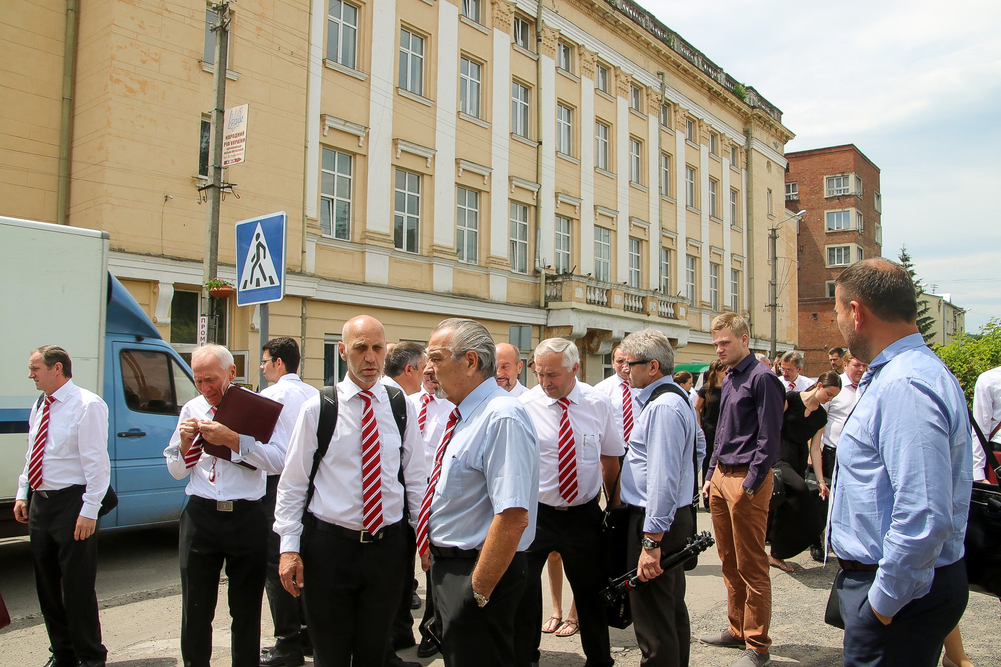 Männer unterhalten sich vor dem Kulturhaus in Borylsav.