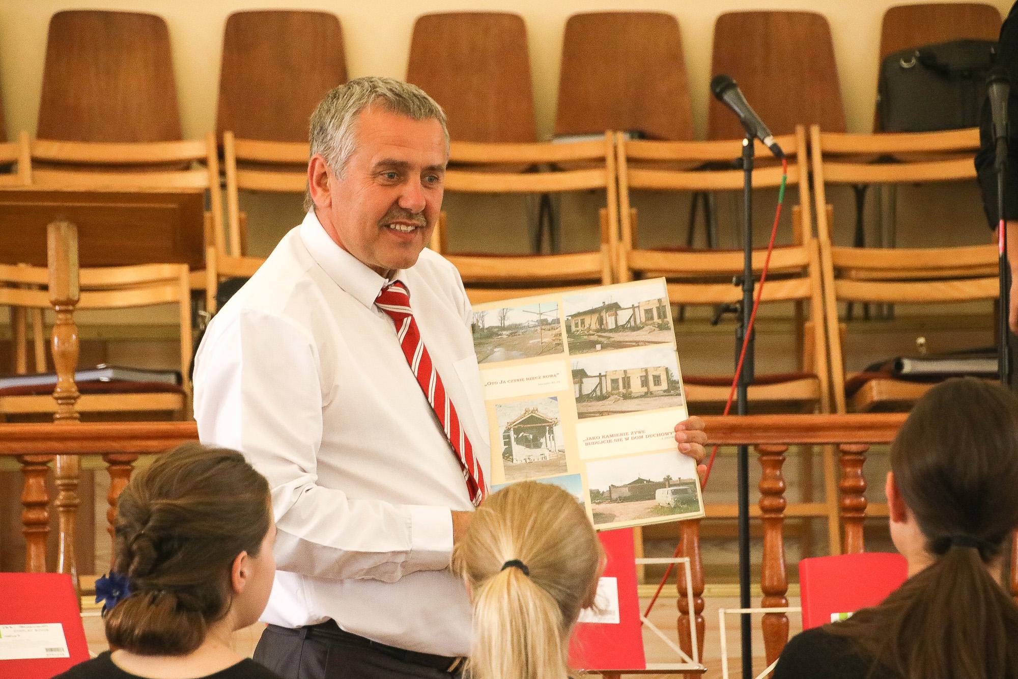 Nikolai stellt den Gemeindebau vor.