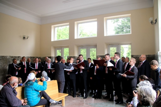 Männerchor singt im Gebäude der Mineralquellen.