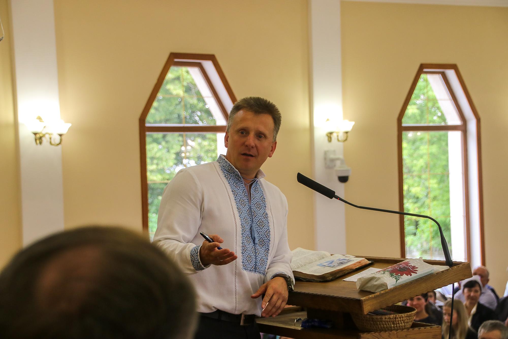 Br. Michail Pirjanik spricht mit dem Männerchor.