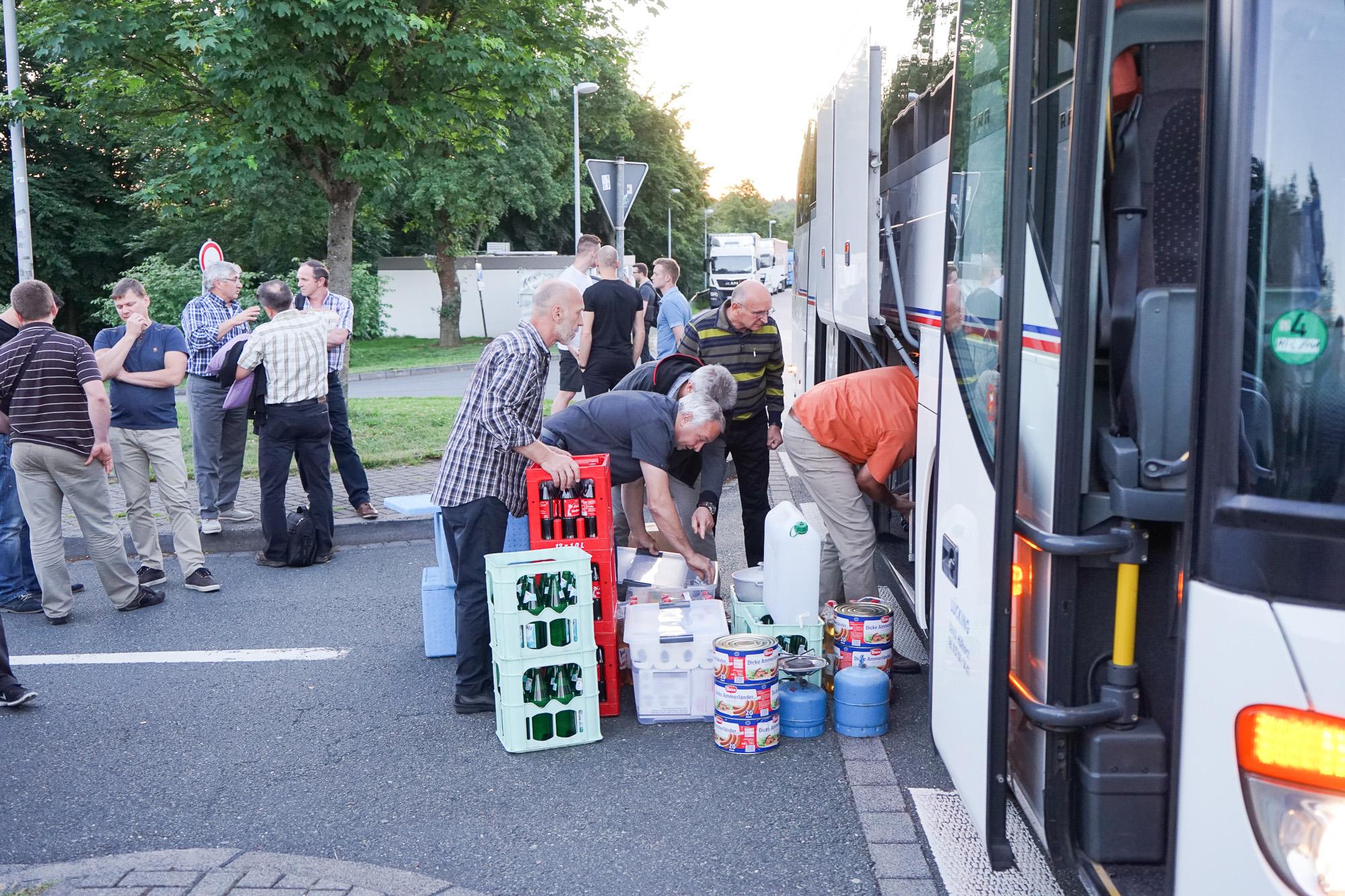 Packen vor der Abreise in die Ukraine.