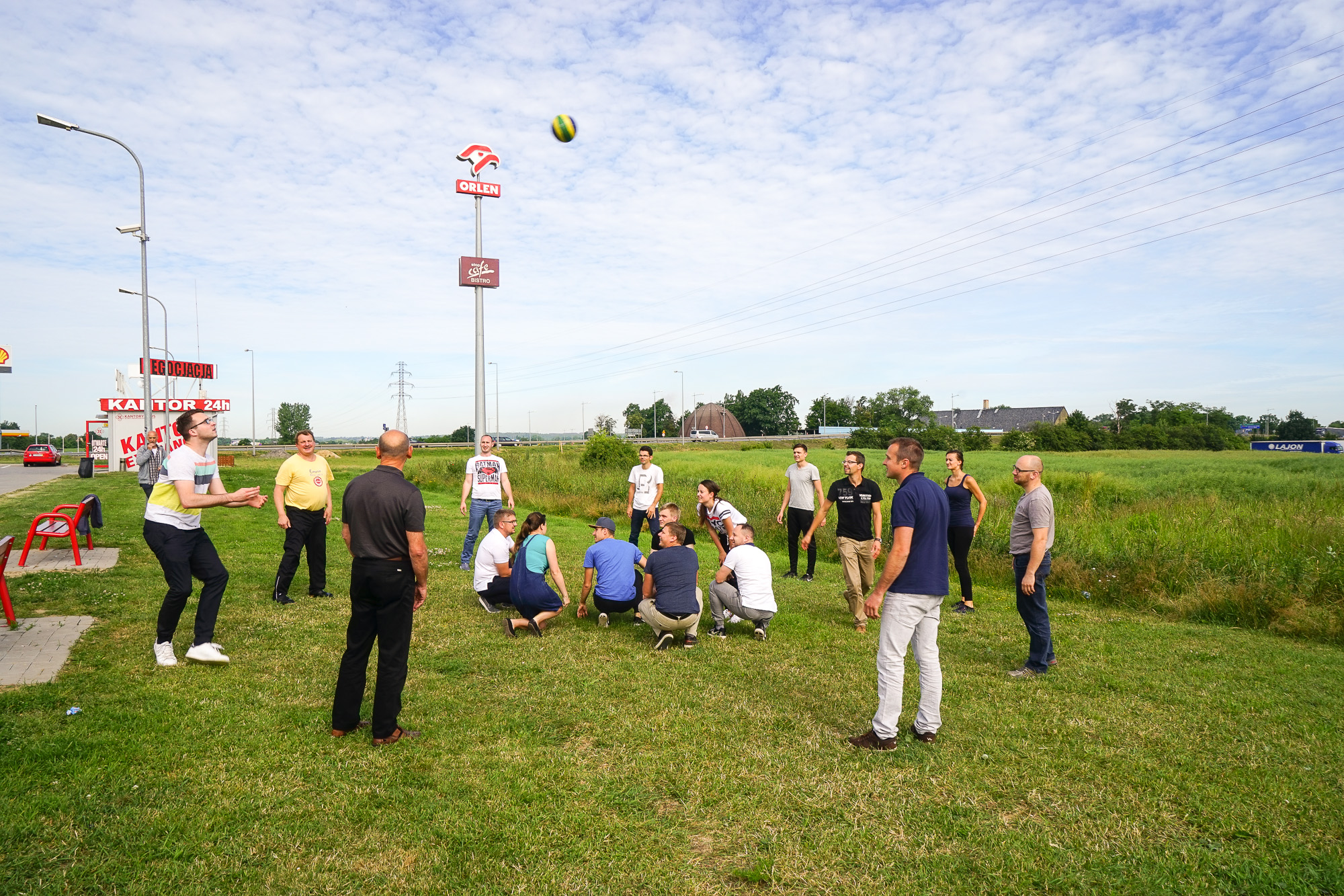Einige spielen Volleyball auf bei einer Rast