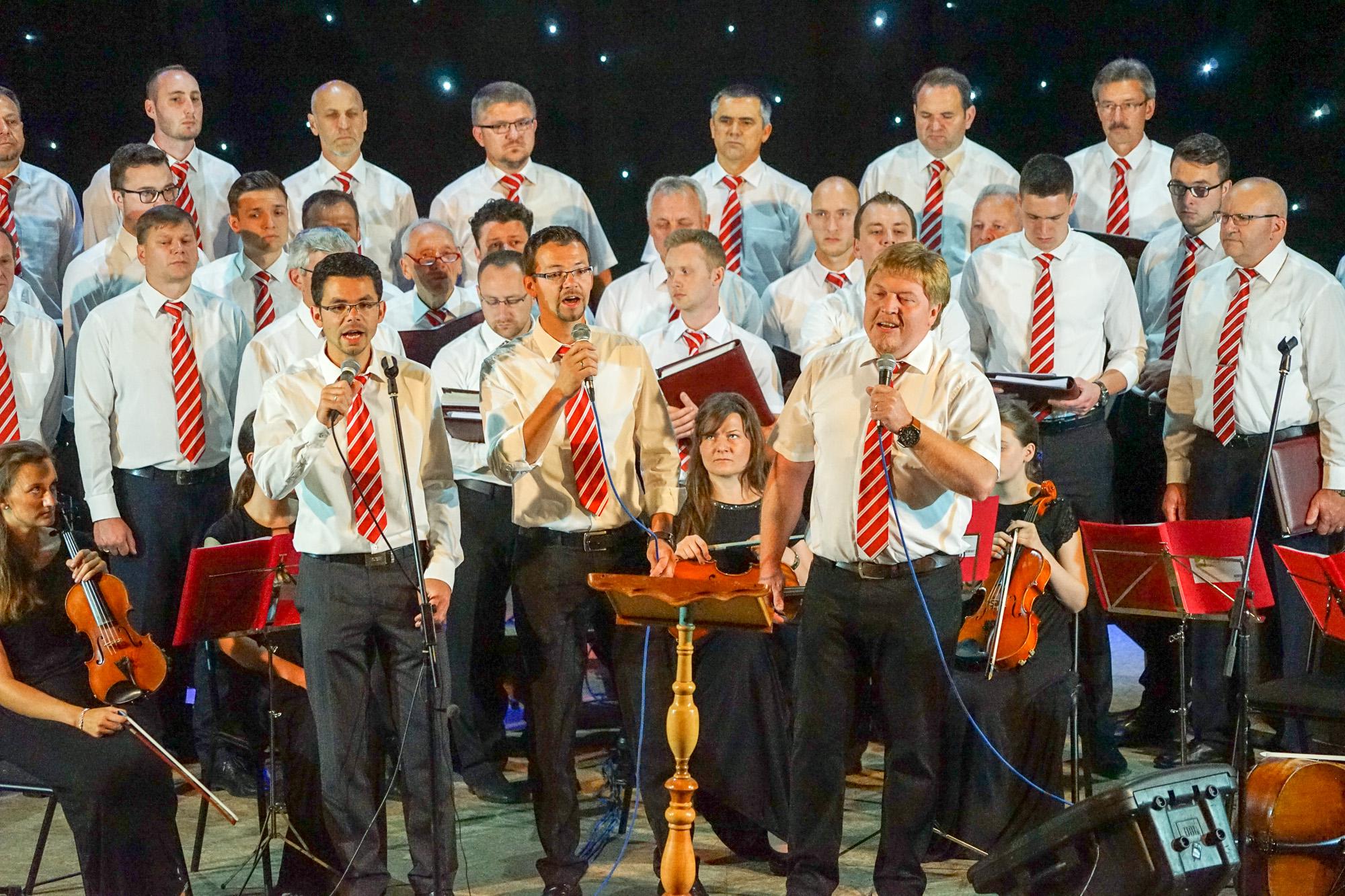 Brüder tragen ein Gruppenlied vor.