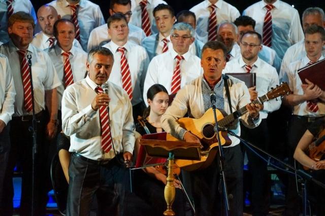 Brüder Pirjaniks singen ein Lied über die Ukraine.