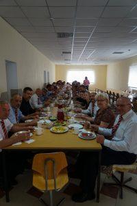 Männerchor wird im Speisesaal der Gemeinde Boryslav verköstigt.