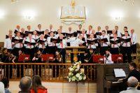 Männerchor sing auf der Chorbühne in Borylsav.