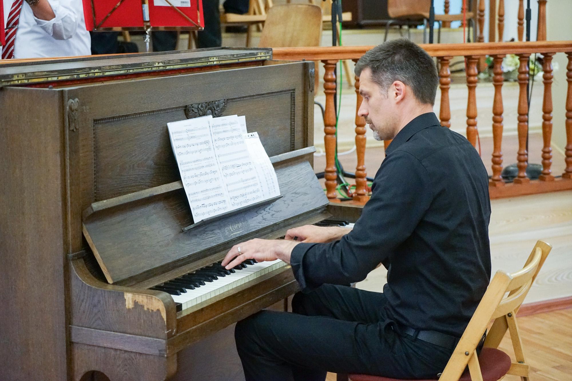 Das Klavierspiel war auf diesem Klavier eine Herausforderung.