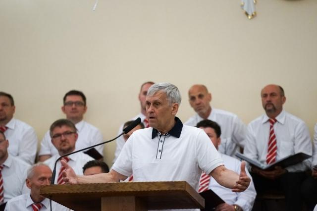 Br. Yuri Sipko leitet den Gottesdienst ein.