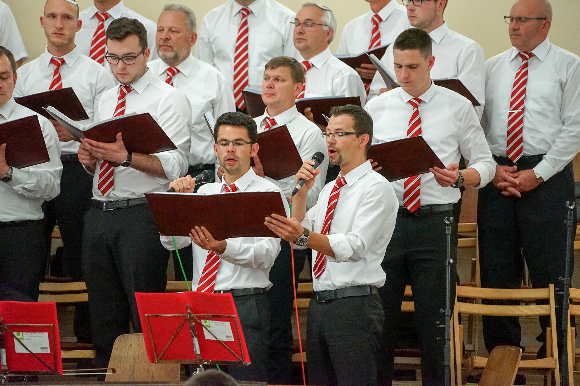 Brüder Skarowsky tragen ein Lied vor.