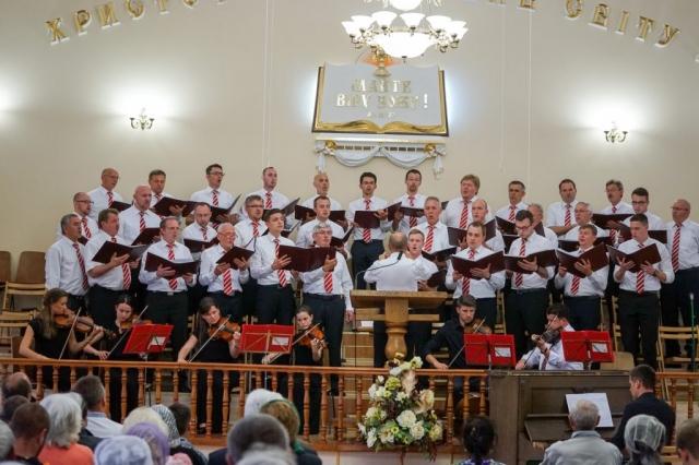 Männerchor singt auf der Chorbühne in Borylsav.