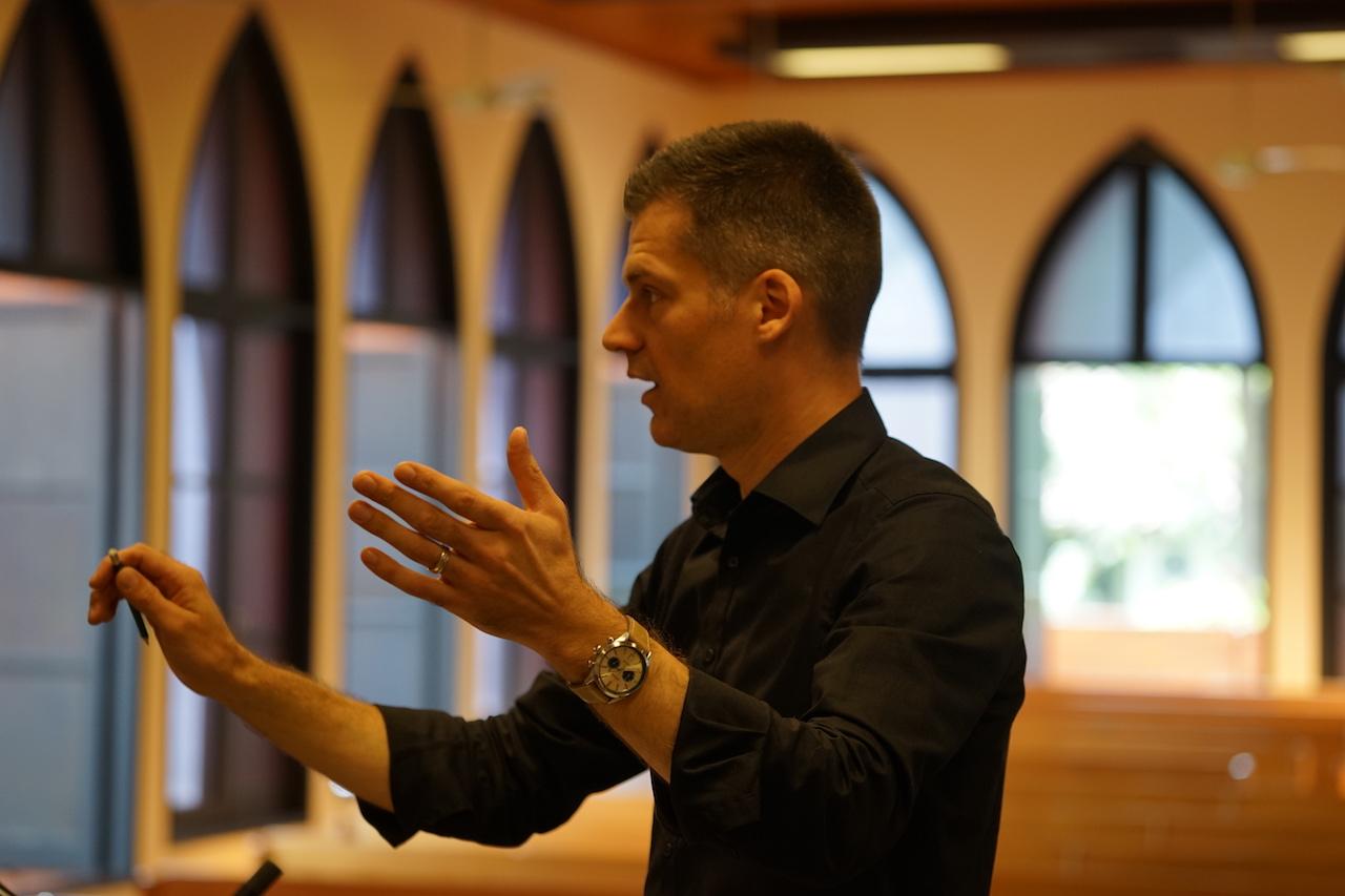 Daniel Sattelmaier dirigiert.