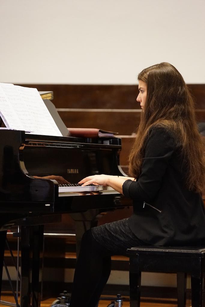 Regina Pauls am Klavier.