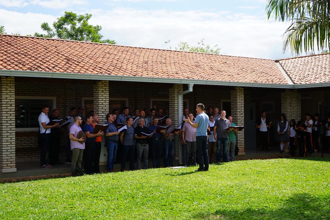 Männerchor singt für die Schüler.