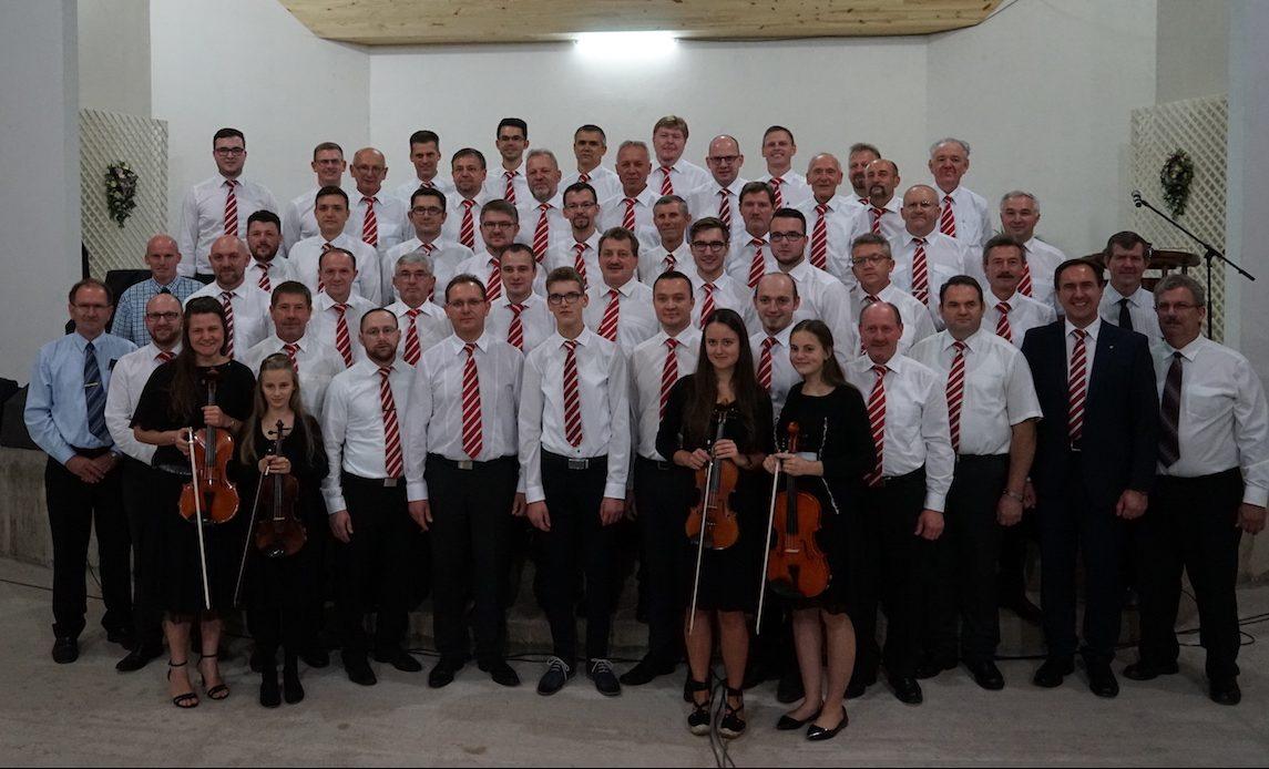 Gruppenfoto im Gemeindehaus der Kolonie Friesland.