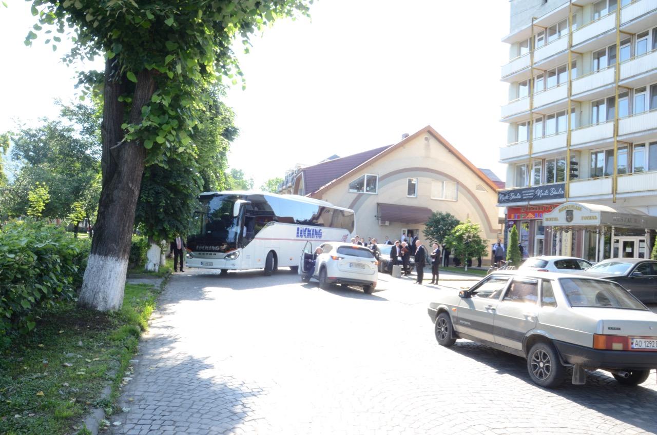 Mit dem Bus rangieren vor dem Hotel.