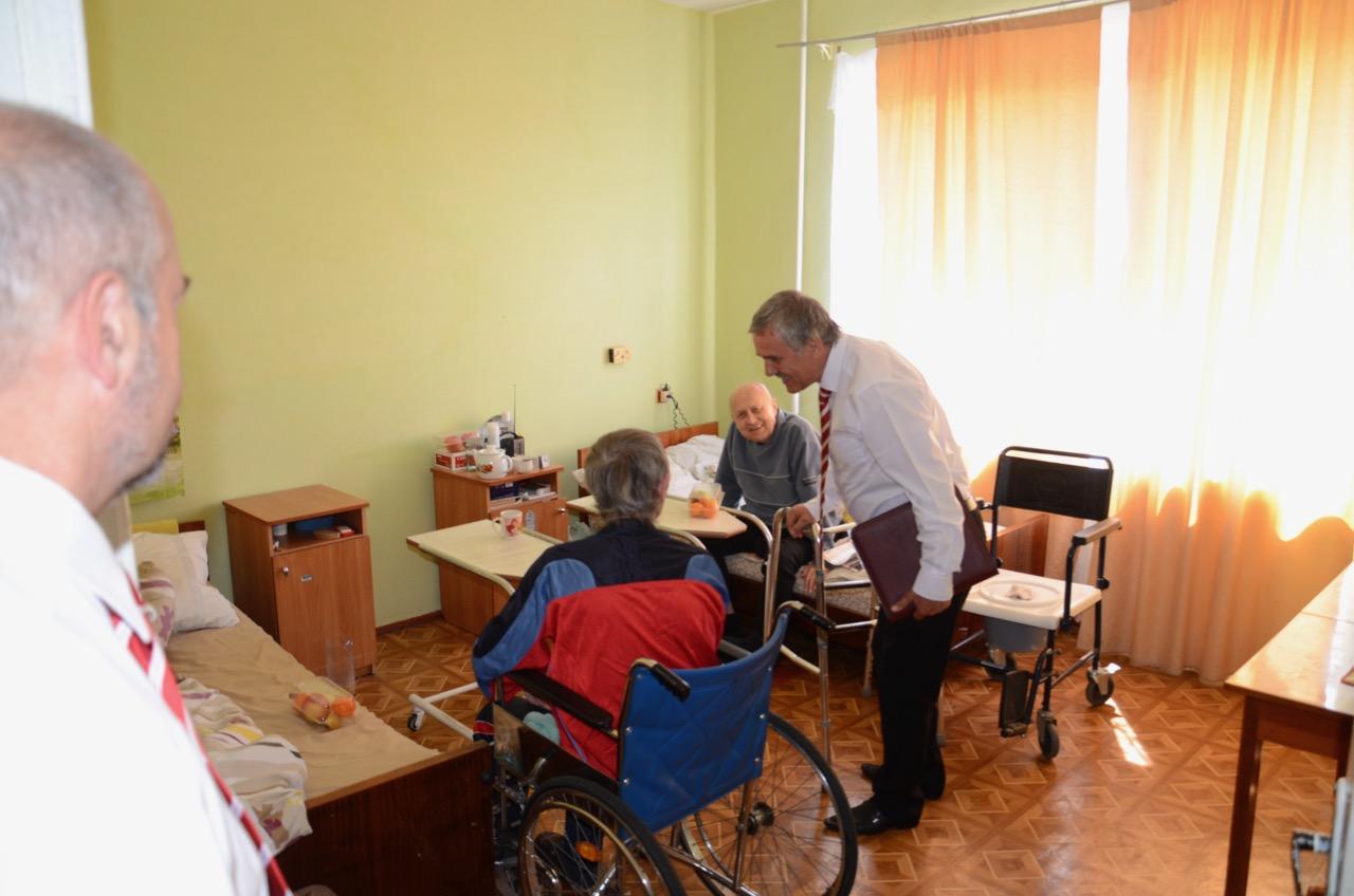 Senioren besuchen im Altenheim.