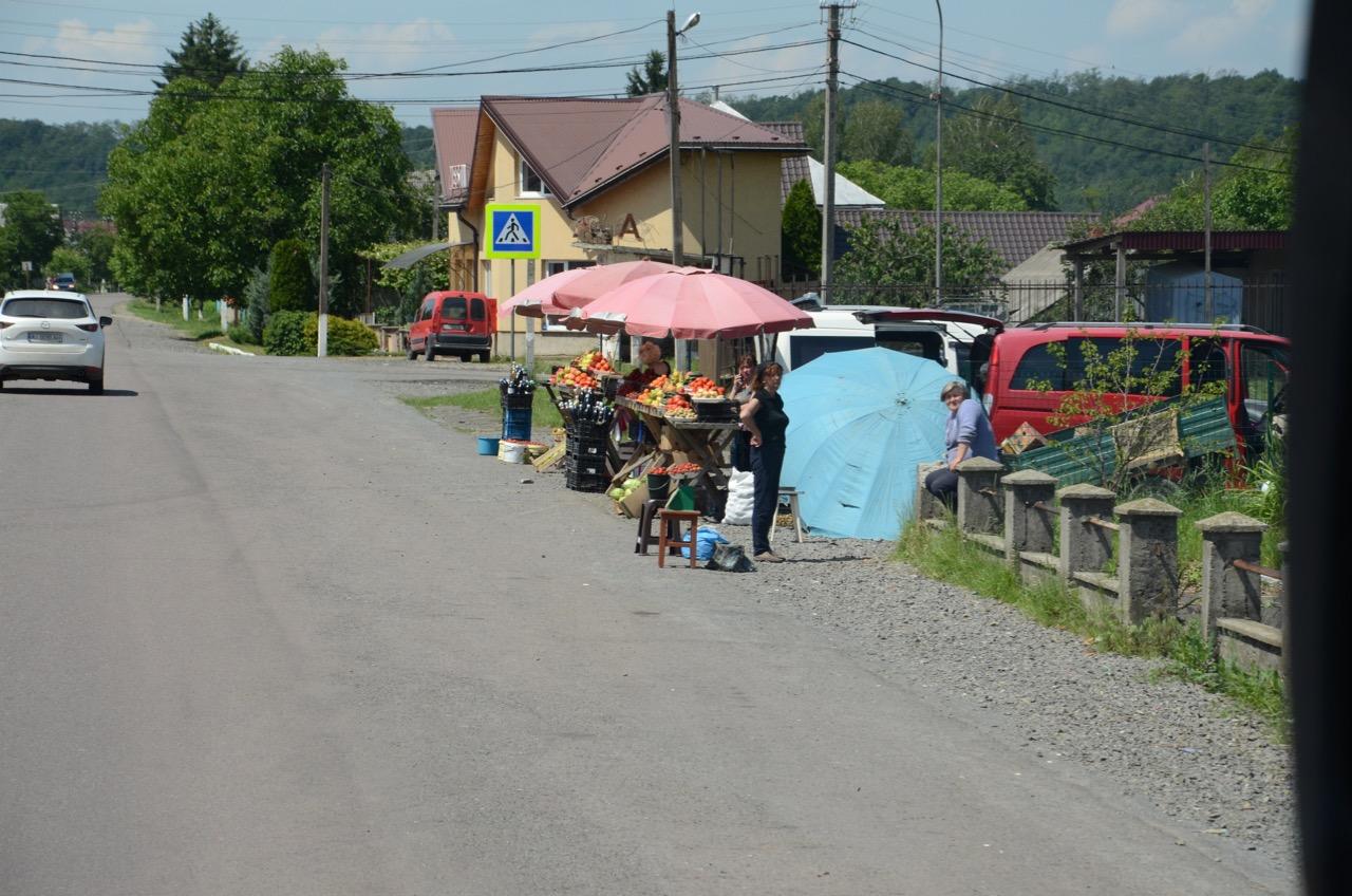 Obst und Gemüseverkäufer am Straßenrand.