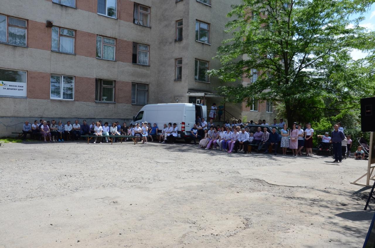 Open Air Gottesdienst vor dem Krankenhaus in Zarechchya.