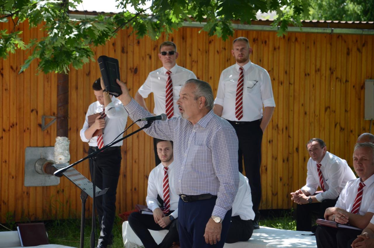 Br. A Sipko predigt vor dem Krankenhaus.