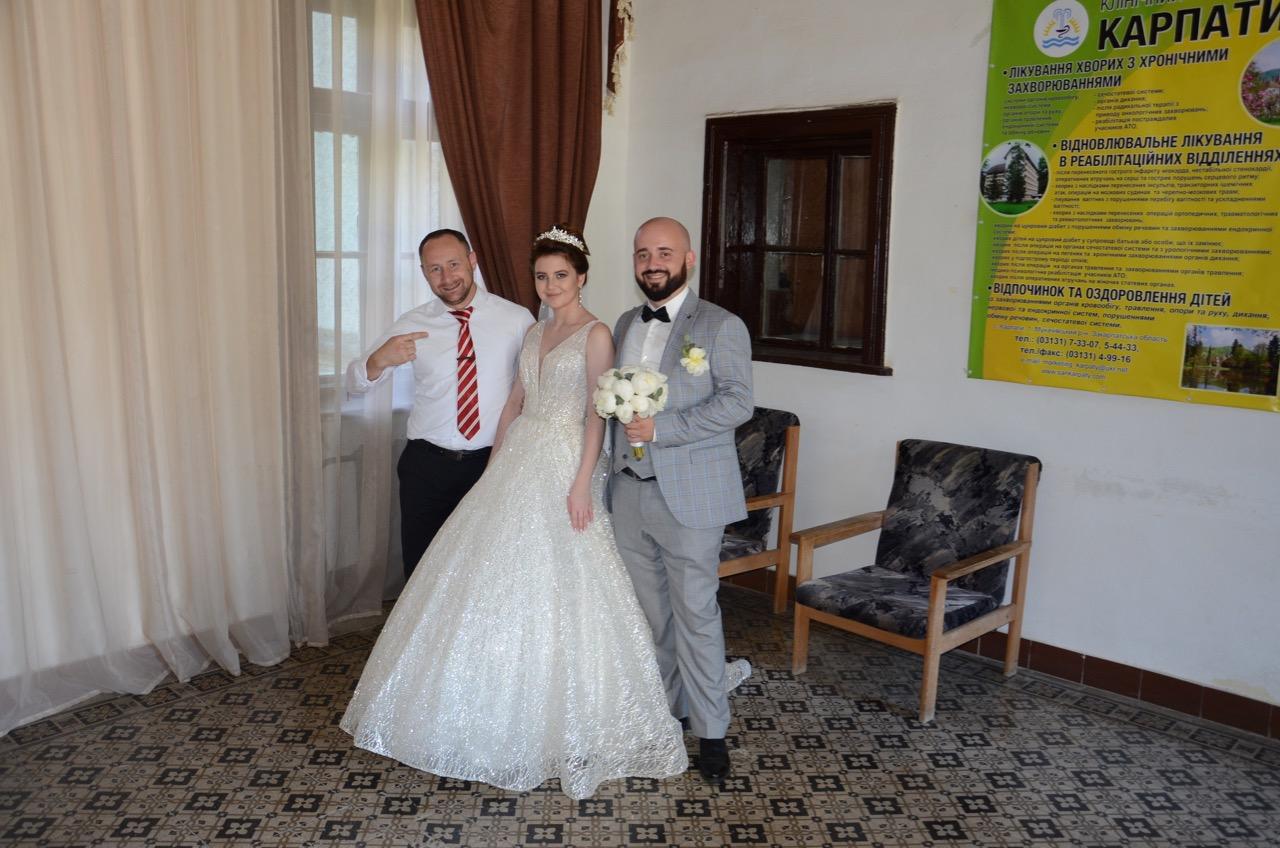 Sergej und ein Hochzeitspaar im Schloß.