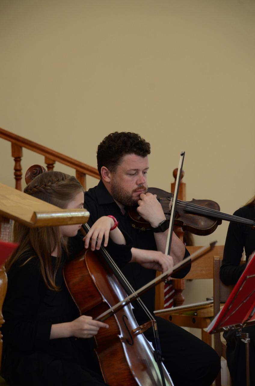 Instrumente vor dem Gottesdienst stimmen.