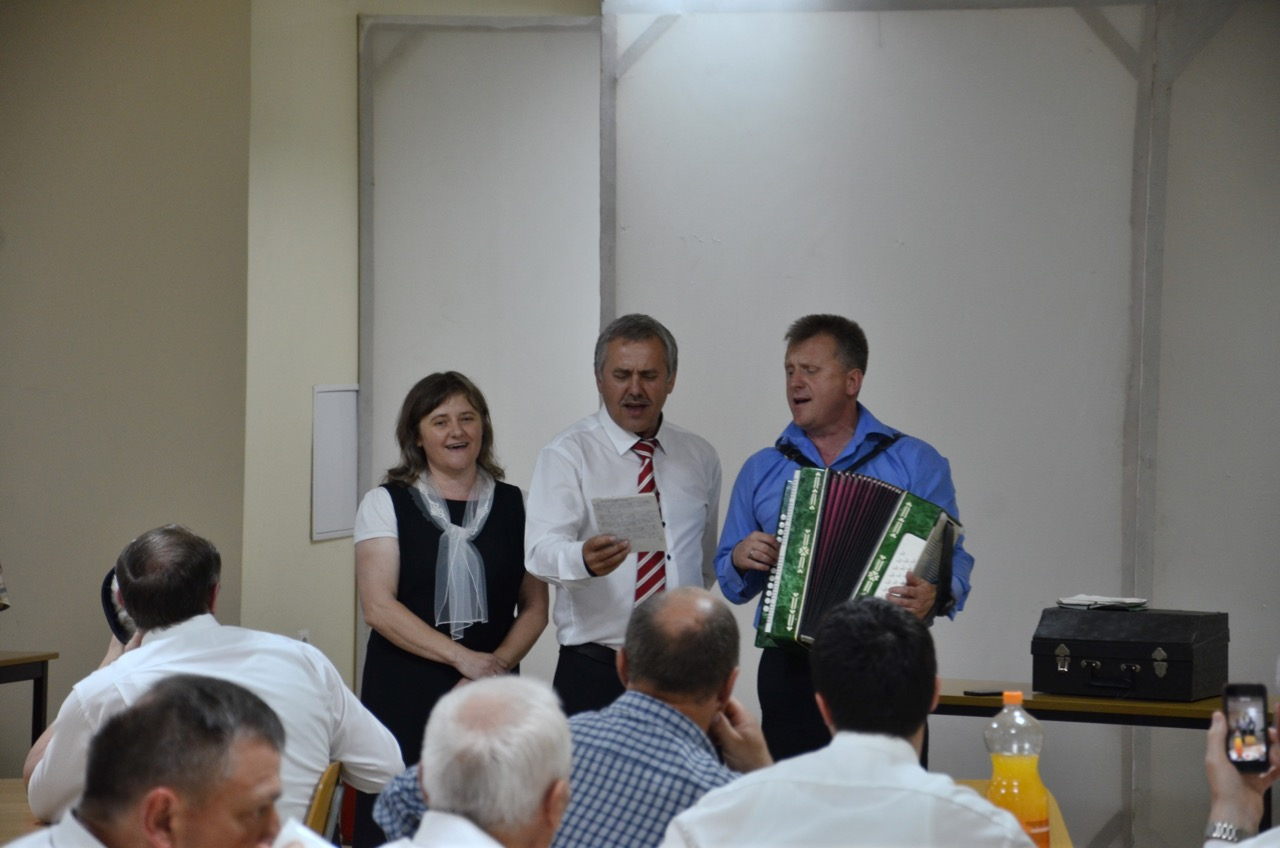 Unsere Gastgeber singen ein Lied.