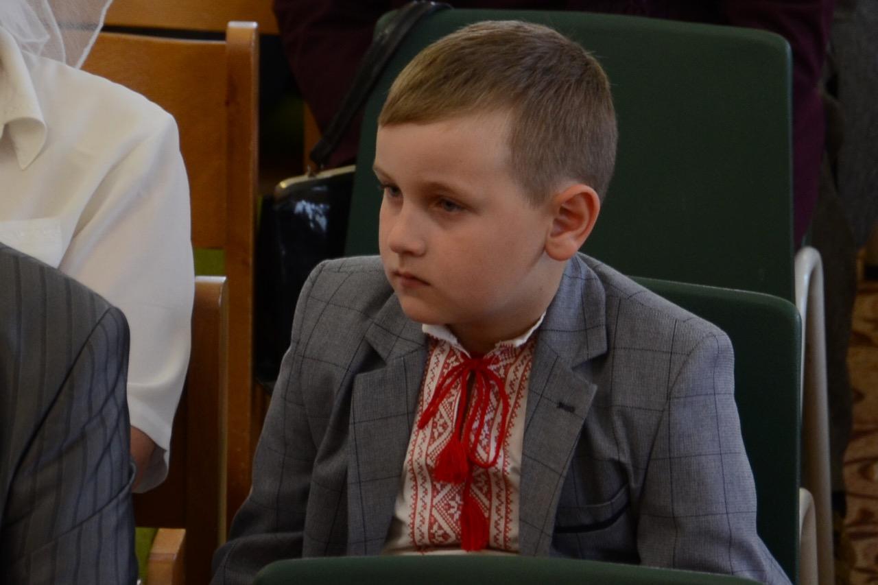 Junge hört aufmerksam zu.